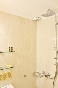 A bathroom at Silde Studios & Apartments