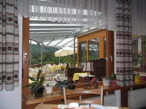 Ein Restaurant oder anderes Speiselokal in der Unterkunft Schwarzwald-Gasthof Hirsch