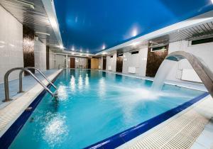 The swimming pool at or close to Hotel Yacht Club Noviy Bereg