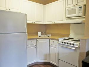 A kitchen or kitchenette at Extended Stay America - Chicago - O'Hare - Allstate Arena