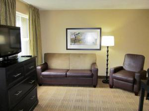 A seating area at Extended Stay America - Chicago - O'Hare - Allstate Arena