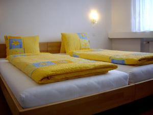 A bed or beds in a room at Restaurant Hotel Stossplatz