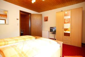 Een bed of bedden in een kamer bij Gästehaus Kirner
