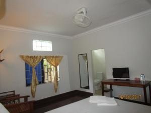 A television and/or entertainment center at Visal Sak Guesthouse