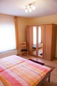 Ein Bett oder Betten in einem Zimmer der Unterkunft Weingut Frick in Mehring