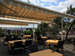 A restaurant or other place to eat at Hôtel de Chailly