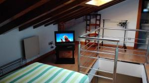 Una televisión o centro de entretenimiento en Apartamentos Santana