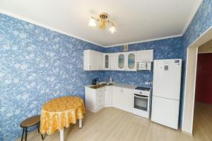 Кухня или мини-кухня в Apartment on Gagarina 51