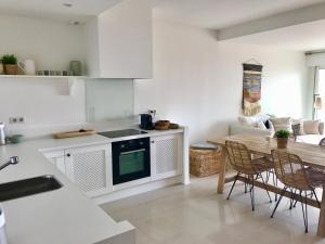 A kitchen or kitchenette at St Tropez-Ramatuelle Appartement vue mer
