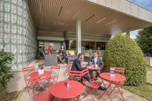 Um restaurante ou outro lugar para comer em Mercure Paris Orly Rungis Aéroport