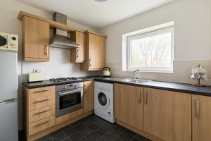A kitchen or kitchenette at Wolverhampton City Stay