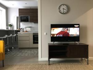 Телевизор и/или развлекательный центр в Апартаменты на Менделеева