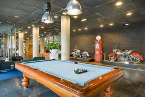 A billiards table at Select Hotel Apple Park Maastricht