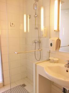 A bathroom at Holiday Inn Express Beijing Wangjing, an IHG Hotel