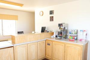 A kitchen or kitchenette at Highland Country Inn Flagstaff