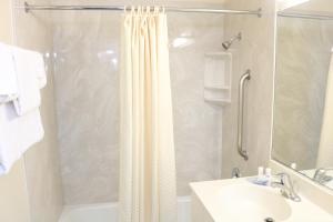 A bathroom at Highland Country Inn Flagstaff