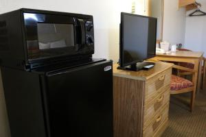 A television and/or entertainment center at Highland Country Inn Flagstaff