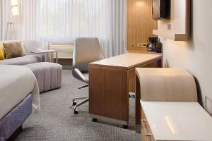 A seating area at Courtyard by Marriott Sacramento Midtown