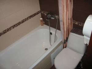 A bathroom at Hotel Favorit