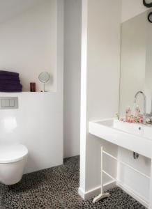A bathroom at B&B Buitenplaats Natuurlijk Goed