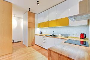 Kuchnia lub aneks kuchenny w obiekcie Kolibki Apartment - Hav Aparts