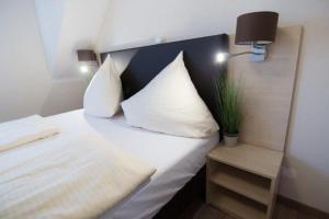 Ein Bett oder Betten in einem Zimmer der Unterkunft Baum´s Rheinhotel