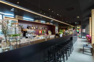 The lounge or bar area at MEININGER Hotel Leipzig Hauptbahnhof