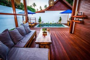 A seating area at Gili Air Sanctuary Villa and Resort