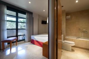 A bathroom at Exe Gran Hotel Almenar