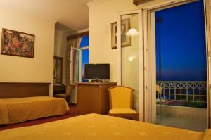 Телевизия и/или развлекателен център в Hotel Acropole