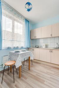 Кухня или мини-кухня в Апартаменты на Новомарьинской