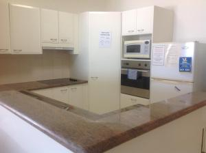 A kitchen or kitchenette at Kings Row Apartments