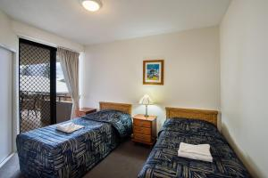 A bed or beds in a room at Kings Row Apartments