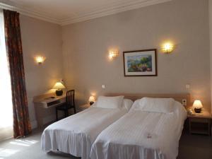 Un ou plusieurs lits dans un hébergement de l'établissement Logis Le Midland
