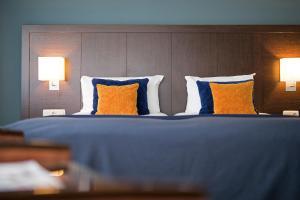 A bed or beds in a room at Bilderberg Kasteel Vaalsbroek
