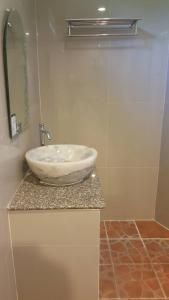 A bathroom at Baan Dara Resort