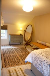 A bed or beds in a room at 3 Cornerstone Cottage