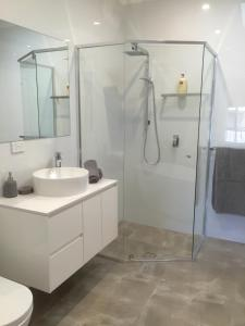 A bathroom at Chic Townhouse in North Adelaide