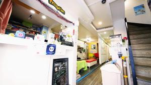 The lobby or reception area at YaKorea Hostel Itaewon