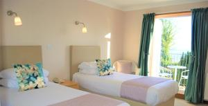 A bed or beds in a room at Kingswood Hotel