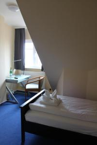 A bed or beds in a room at Kur- und Ferienhotel Sanddorn