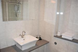 A bathroom at Kingswood Hotel