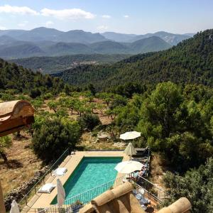 A view of the pool at Hotel Mas de la Serra or nearby