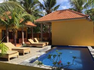 Der Swimmingpool an oder in der Nähe von Yellow Bridge Guest House
