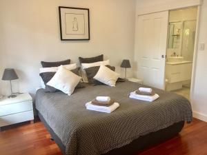 A bed or beds in a room at Chic Townhouse in North Adelaide