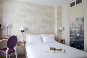 A bed or beds in a room at Mercure Paris Notre Dame Saint Germain des Prés