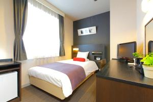 A bed or beds in a room at HOTEL MYSTAYS Nishi Shinjuku