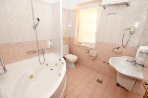 A bathroom at Hotel Villa Fontana