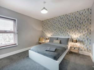 A bed or beds in a room at Cambridge House