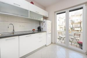 A kitchen or kitchenette at Arsenal Apartments